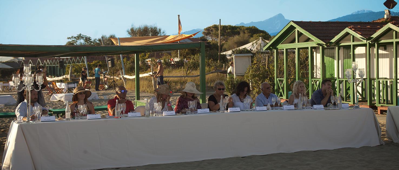 Chef giuseppe mancino a tavola in spiaggia a forte dei marmi ristorante il piccolo principe - Bagno guido viareggio ...